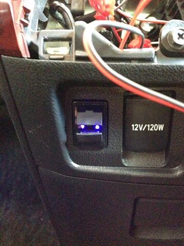 スマホ充電用USB電源端子を車載!