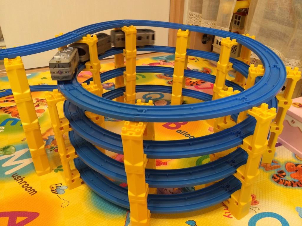 【部屋中プラレール】<動画あり>手持ちレール&橋脚でループ橋を試作 の巻