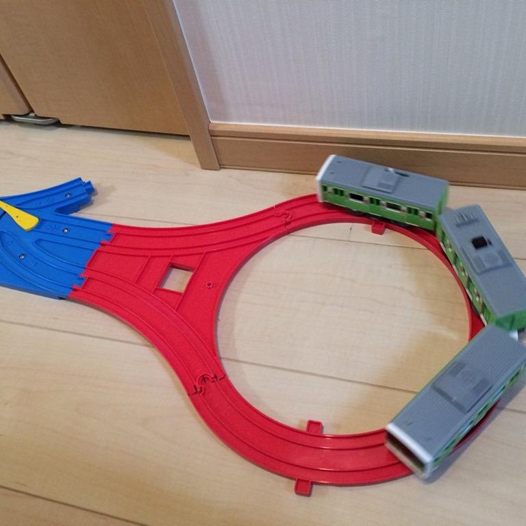 【部屋中プラレール】単線で行ったり来たりはこう作る。Uターンレールと1/4直線レールを使う!