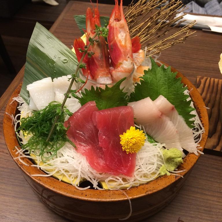 【ひとり飲み】漁師料理の店 うみめし の「とりあえず刺身」の盛りが嬉しい